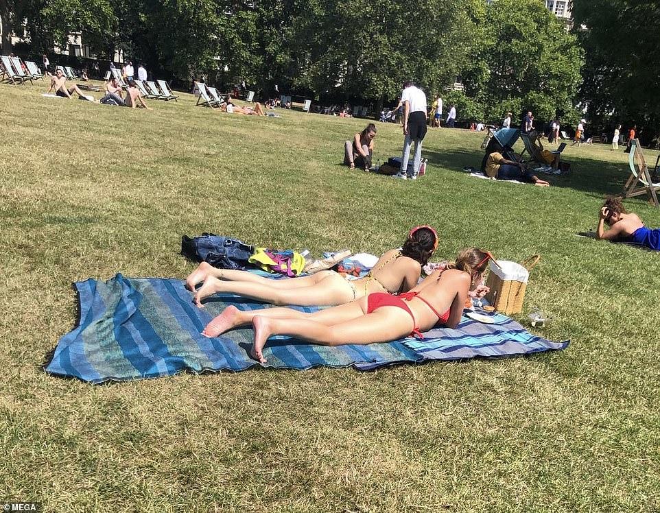 Les baigneurs se réunissent aujourd'hui dans le parc vert de Londres alors que le pays est frappé par des températures étouffantes pendant la canicule