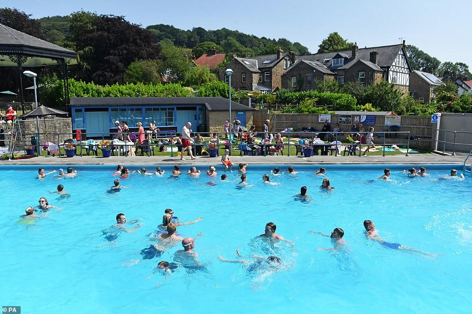 Les gens jouent dans l'eau à la piscine extérieure Hathersage dans le Derbyshire sur une journée extrêmement chaude pour la Grande-Bretagne