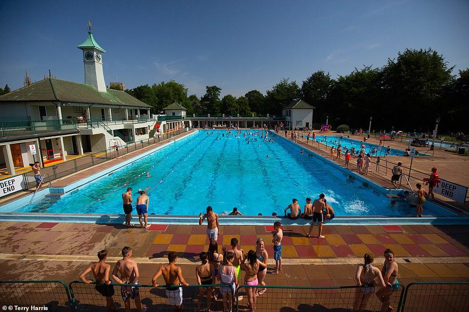 Alors que les vacances scolaires battent leur plein, les familles se précipitent aujourd'hui à la piscine du lido de Peterborough pour profiter de la chaleur