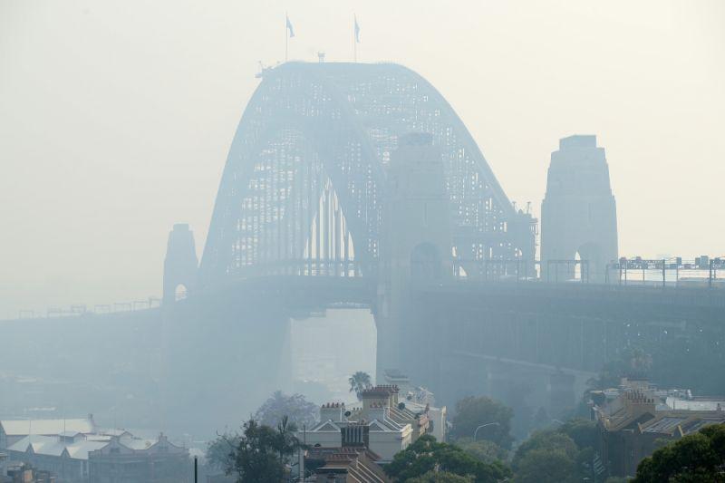Le Sydney Harbour Bridge est enveloppé de brume de fumée alors que des feux de brousse continuent de brûler sur la côte est. Source: Getty Images