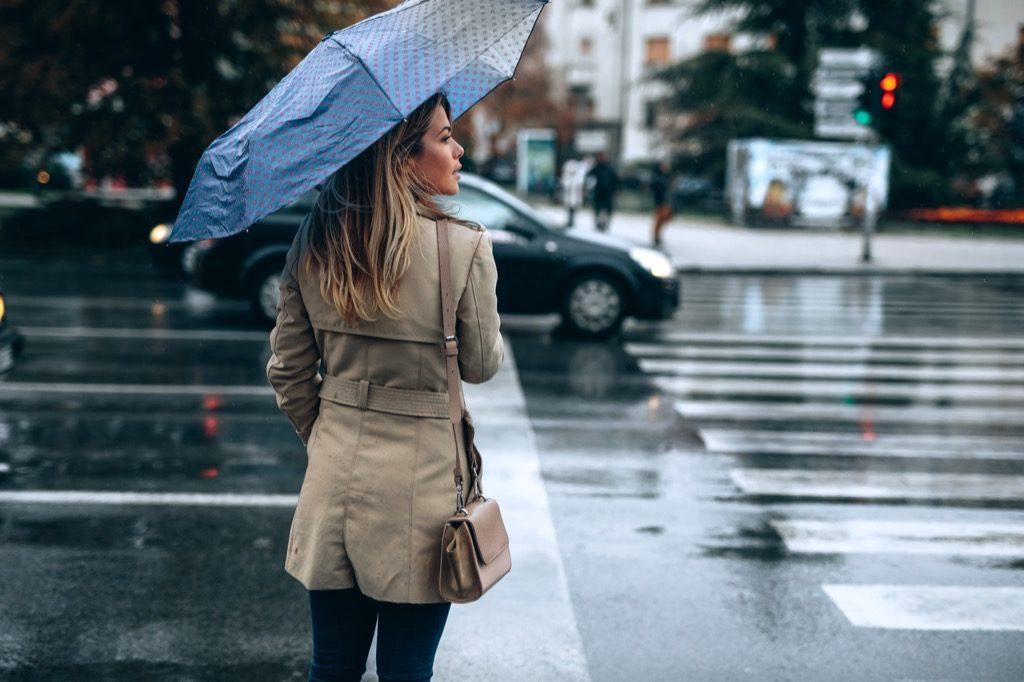 """femme coincée sous la pluie de printemps """"width ="""" 1024 """"height ="""" 682 """"srcset ="""" https://i0.wp.com/bestlifeonline.com/wp-content/uploads/2018/03/woman-stuck-in-spring -rain.jpg? w = 1024 & ssl = 1 1024w, https://i0.wp.com/bestlifeonline.com/wp-content/uploads/2018/03/woman-stuck-in-spring-rain.jpg?resize= 500% 2C333 & ssl = 1 500w, https://i0.wp.com/bestlifeonline.com/wp-content/uploads/2018/03/woman-stuck-in-spring-rain.jpg?resize=768%2C512&ssl=1 768w """"tailles ="""" (largeur max: 1000px) 100vw, 1000px """"data-recalc-dims ="""" 1"""