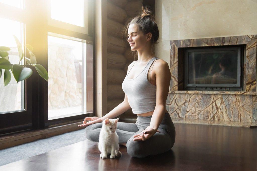 """chat et femme en bonne santé faisant de la méditation de yoga """"width ="""" 1024 """"height ="""" 682 """"srcset ="""" https://i1.wp.com/bestlifeonline.com/wp-content/uploads/2017/11/woman-doing-cat -yoga.jpg? w = 1024 & ssl = 1 1024w, https://i1.wp.com/bestlifeonline.com/wp-content/uploads/2017/11/woman-doing-cat-yoga.jpg?resize=500% 2C333 & ssl = 1 500w, https://i1.wp.com/bestlifeonline.com/wp-content/uploads/2017/11/woman-doing-cat-yoga.jpg?resize=768%2C512&ssl=1 768w, https: //i1.wp.com/bestlifeonline.com/wp-content/uploads/2017/11/woman-doing-cat-yoga.jpg?resize=266%2C177&ssl=1 266w, https://i1.wp.com /bestlifeonline.com/wp-content/uploads/2017/11/woman-doing-cat-yoga.jpg?resize=600%2C399&ssl=1 600w, https://i1.wp.com/bestlifeonline.com/wp- content / uploads / 2017/11 / woman-doing-cat-yoga.jpg? resize = 565% 2C376 & ssl = 1 565w, https://i1.wp.com/bestlifeonline.com/wp-content/uploads/2017/11 /woman-doing-cat-yoga.jpg?resize=486%2C323&ssl=1 486w, https://i1.wp.com/bestlifeonline.com/wp-content/uploads/2017/11/woman-doing-cat- yoga.jpg? resize = 490% 2C32 6 & ssl = 1 490w """"tailles ="""" (largeur max: 1000px) 100vw, 1000px """"data-recalc-dims ="""" 1"""