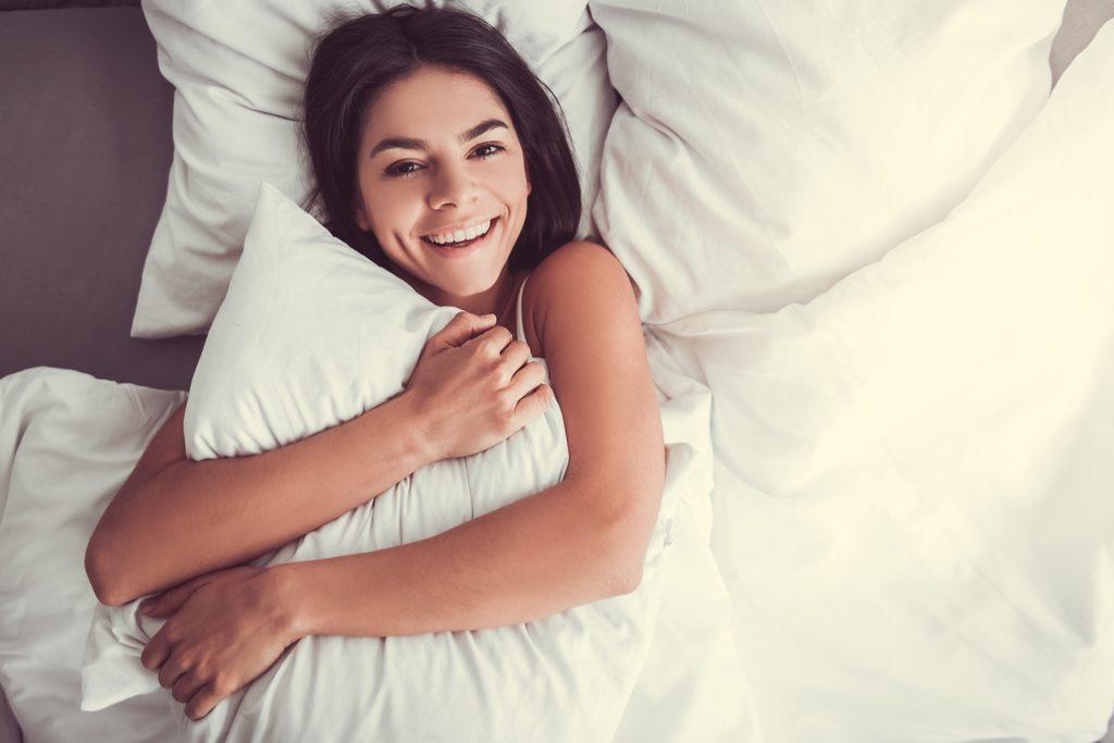 "Femme tenant un oreiller anti-âge ""width ="" 1024 ""height ="" 683 ""srcset ="" https://i2.wp.com/bestlifeonline.com/wp-content/uploads/2018/02/Woman-Holding-Pillow. jpg? w = 1024 & ssl = 1 1024w, https://i2.wp.com/bestlifeonline.com/wp-content/uploads/2018/02/Woman-Holding-Pillow.jpg?resize=500%2C333&ssl=1 500w, https://i2.wp.com/bestlifeonline.com/wp-content/uploads/2018/02/Woman-Holding-Pillow.jpg?resize=768%2C512&ssl=1 768w, https://i2.wp.com /bestlifeonline.com/wp-content/uploads/2018/02/Woman-Holding-Pillow.jpg?resize=266%2C177&ssl=1 266w ""tailles ="" (largeur max: 1000px) 100vw, 1000px ""data-recalc- dims = ""1"