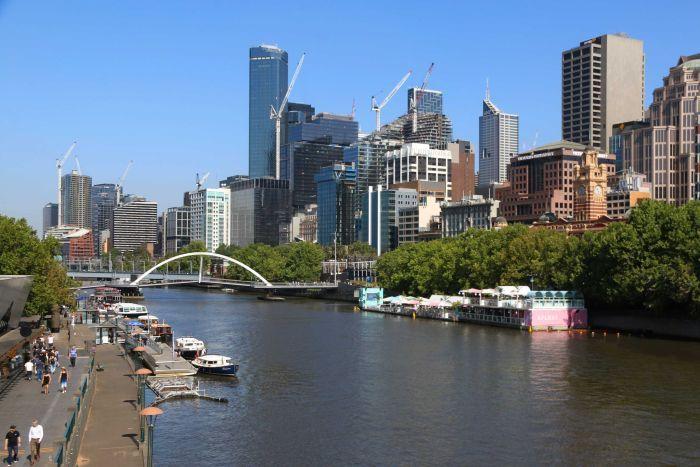 Le pont piétonnier sur la rivière Yarra à Southbank avec l'horizon de Melbourne.