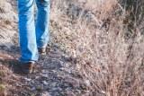 Une photo de jambes marchant le long d'une piste.
