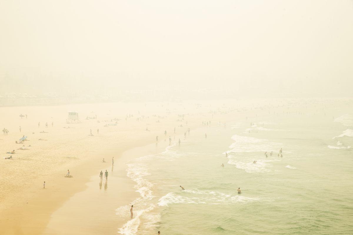 La brume de fumée est observée sur Bondi Beach, car l'indice de la qualité de l'air atteint des niveaux dix fois plus dangereux dans certaines banlieues le 10 décembre 2019 à Sydney, en Australie.