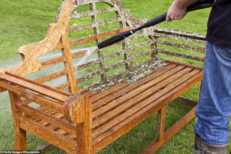 Les tables, chaises, canapés et autres articles qui ont été stockés sous couverture auront simplement besoin d'être essuyés avec un chiffon humide ou brossés pour éliminer la poussière (photo d'archives)