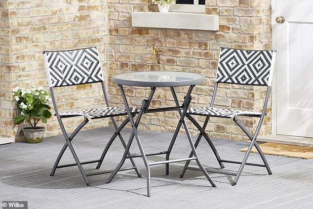 Alternativement, si vous avez un budget plus serré, cet ensemble de chaises et de tables coûte 75 £ de Wilko