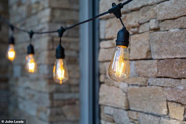 Mise en scène: ces lumières d'extérieur sont disponibles auprès de John Lewis et coûtent 52 £