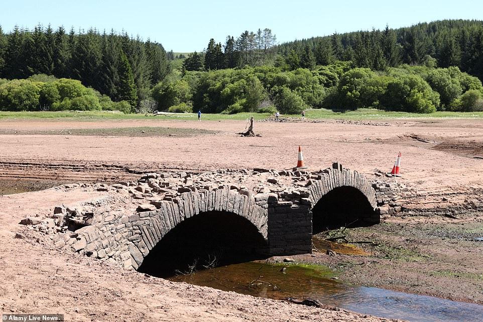 Le réservoir Llwyn-On à Merthyr Tydfil, Pays de Galles du Sud aujourd'hui où les températures restent élevées après le week-end ensoleillé