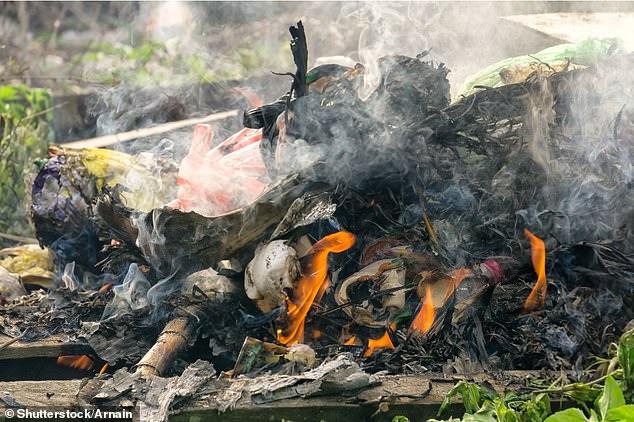 Certains ont brûlé des ordures ménagères sur des feux de joie alors que les sites d'ordures locaux étaient fermés